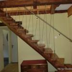 Holztreppe zum Schlafbereich